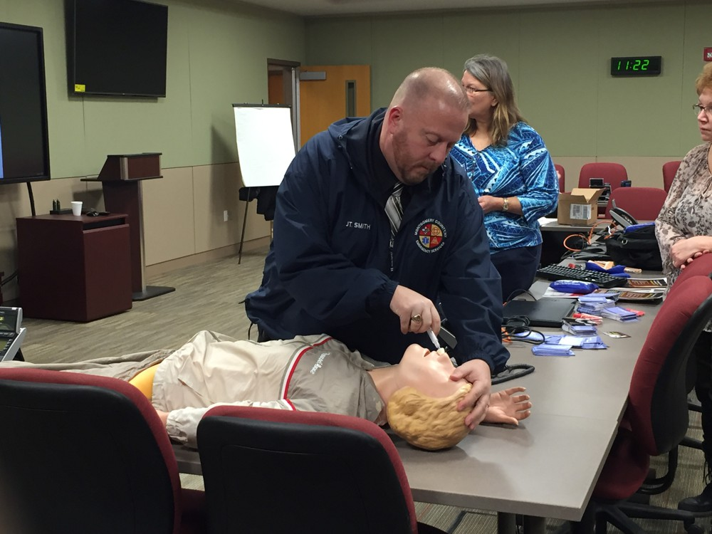 Naloxone Training with mannequin test sample